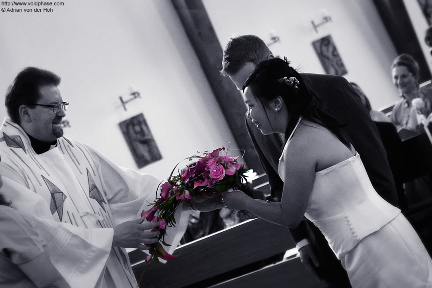 Wedding/Marriage: Bridal Bouquet Handover in Church (prist, couple)